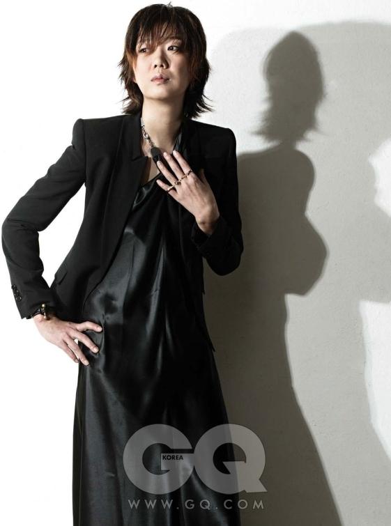 드레스와 재킷과 네 손가락에 동시에 들어가는 반지는 모두 마르틴 마르지엘라