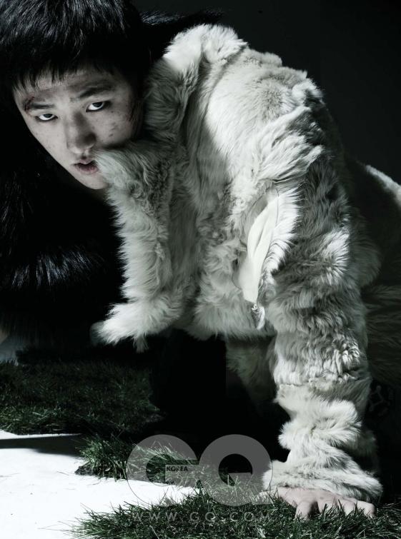 검정색 모피 조끼는 사바티에, 베이지색 털 코트는 스타일리스트 소장품