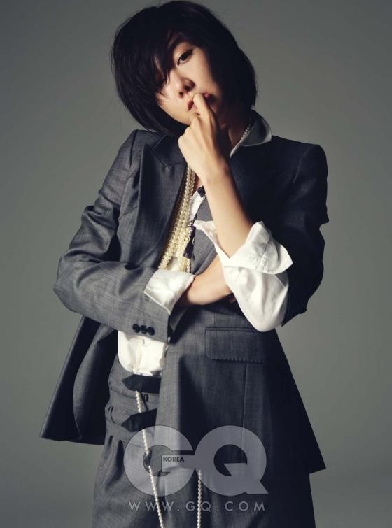 회색 재킷과 팬츠는 모두 A.F. 반데보스트 by 쿤, 화이트 셔츠는 제인 바이 자인 송, 크리스털 장식 진주 목걸이는 라다 by 쿤, 길이가 긴 진주 목걸이는 스 스와