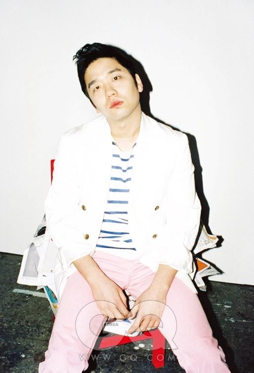 스트라이프 셔츠와 핑크 팬츠는 서상영, 더블 브레스티드 재킷과 스니커즈는 DKNY.