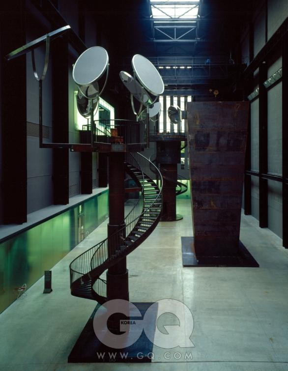 루이스 부르주아 'I Do, I Undo, I Redo' 1999, 혼합재료, 테이트 모던 터빈 홀에서의 전시(2000) Photograph by Marcus Leith