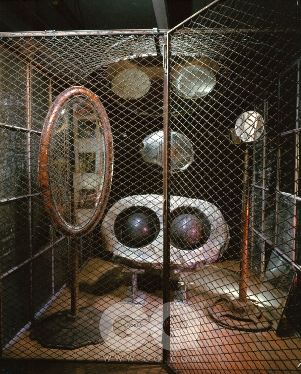 루이스 부르주아 'Cell(Eyes & Mirrors)' 1989~1993, 대리석, 거울, 강철, 유리, 236.2 x 210.8 x 218.4cm Collection Tate Modern, London