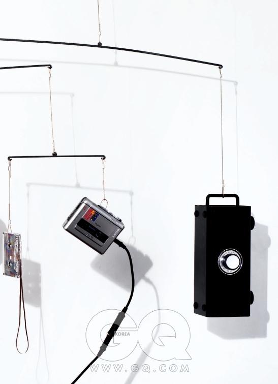 마일스 데이비스의 모음집  카세트 테이프는 중고가 측정불가, 소니. 소리에 따라 알아서 녹음을 시작하고 멈추는 카세트테이프 녹음/재생기 TCM-450DV는 5만원대, 소니. 아이팟 연결이 가능하고 라디오 기능까지 들어있는 스피커 R12i는 10만원대 중후반, 티악 by 극동음향.