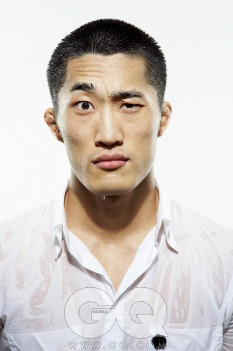 울퉁불퉁한 귀 김동현은 상대에게 얼굴을 맞는 경우가 거의 없다. 하지만 두 귀는, 스스로 듣는 동시에 비명을 지른다.