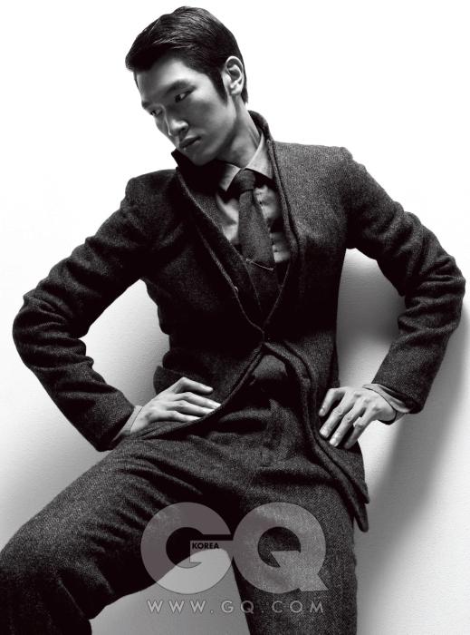 두툼하지만 부드러운 회색 트위드 수트와 회색 면 셔츠, 회색 니트 타이 모두 보테가 베네타 2009 F/W 컬렉션.