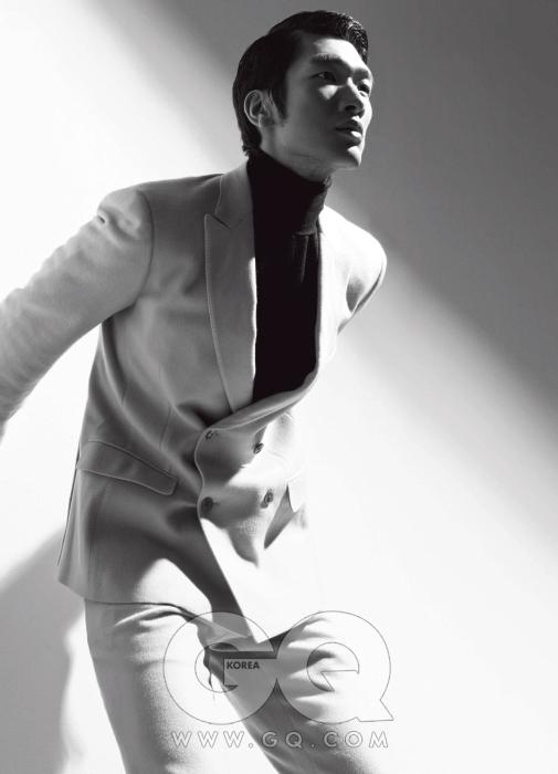 베이지 더블 브레스티드 수트와 얇은 터틀넥 니트 모두 살바토레 페라가모 2009 F/W 컬렉션.