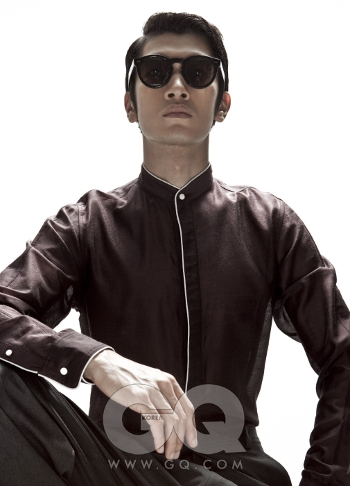 자주색 하이넥 셔츠와 회색 팬츠 모두 이브 생 로랑 2009 F/W 컬렉션. 선글라스는 커틀러 & 그로스 by 홀릭스.