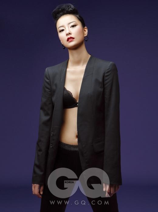 재킷은 나인식스 뉴욕, 검은 레이스 속옷은 에고이스트 이너웨어, 가죽 레깅스는 에스티 에이, 검정 귀고리는 엠쥬.