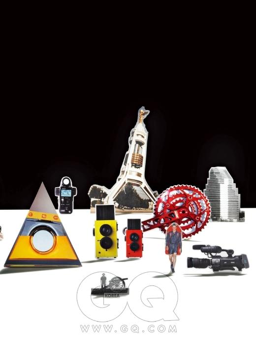 삼각형 구조물 뒤의 노출계 L-758씨네는 80만원대 후반, 세코닉. 노란색과 빨간색 토이 카메라는 블랙 버드 플라이, 17만5천원, 슈퍼헤즈 by 레드카메라. 더 빨간 크랭크 세트 XC-V740SS XC 커스텀은 59만원, 바이퍼 by 엠세븐바이크.제일 오른쪽에 있는 캠코더 GY-HM700U는 1천2백만원대, JVC.