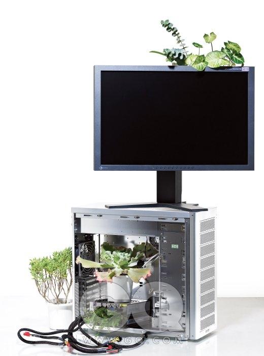 단정한 외관에 알루미늄 재질이 맞춤옷처럼 어울리는 컴퓨터 케이스 PC-A17은 20만원대 후반, 리안리. 압도적인 1500W의 출력을 안정적으로 지원하는 터프파워 1500W(케이스 아래쪽)는 51만원, 써멀테이크 by 피에스코. 색 재현에서 비교 대상을 찾기 힘든 컴퓨터 모니터 SX2462W는 2백20만원대, 에이조 by CG 코리아. 파워 서플라이에 꽂은 가지는 에리카, 위에 놓인 화분은 홍공작. PC-A17 왼쪽의 화분은 은서. 모니터에서 솟아난 넓은 잎사귀는 싱고늄. 길쭉한 줄기에 동글동글한 잎사귀는 유칼립투스.