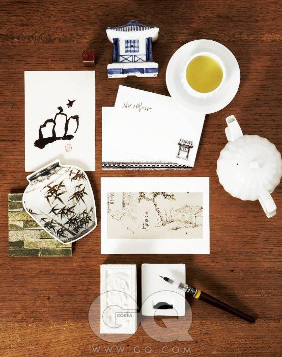 가형 연적 가격 미정, 다기 세트'누비다관'가격 미정, 모두 우일요. 먹 그림 카드와 도장은 에디터 소장품. 문과 기와를 그린 카드와 편지지 9천5백원(5매 세트), 키퍼스&amp컴퍼니. 옥색 벽돌 무늬 컵받침 '란도' 가격 미정, 아르마니 까사. <백자 대나무> 유물 카드 1천2백원, 유숙 <이형사산상> 그림 엽서, 모두 국립중앙박물관에서 판매. 인주함, 미니 벼루 가격 미정, 모두 우일요.