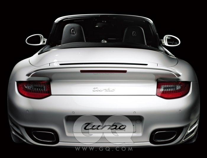 포르쉐 뉴 911 터보 카브리올레 포르쉐가 자극하는 소유욕은 본능적이다. 지난 10월 새만금에서 만난 70대 어부조차, 처음 보는 파나메라에서 눈을 떼지 못했다. 뉴 911 터보 카브리올레는 지붕이 열리는 포르쉐의 기함모델이다. 최초의 911 이후 35주년, 7세대 모델이다. 3800cc, 500마력, 제로백은 3.4초, 최고속력은 시속 312킬로미터다. 6세대 모델에 비해 20마력 상승했고, 제로백은 0.5초 빨라졌다. 포르쉐 더블 클러치 PDK의 변속은 프로 레이서보다 정확하다. 변속 충격도 없이 시속 200킬로미터까지 내달릴 땐 중력을 의심하게 된다. 동그란 눈과 탄력 있는 엉덩이엔 리어스포일러가 달려 있다. 차체를 도로에 바짝 붙여준다. 그러지 않으면 날아갈 수도 있으니까. 같은 출력, 비슷한 속도의 스포츠카는 있을 수 있다. 하지만 '포르쉐 바이러스' 라는 말이 전 지구적으로 통용되는 덴 다 이유가 있다. 2억 2천6백60만원부터.