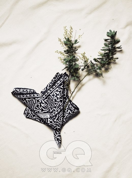 은엽과 잎사귀 잎사귀 문양 실크 포켓치프 23만8천원, 랄프 로렌 퍼플 라벨.