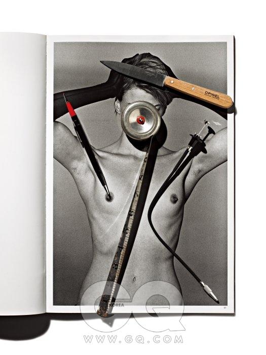 피터 린드버그, 〈Photographs〉, Kristen McMenamy, El Mirage, California, 1995 머리 위는 주방 4종 세트 중 오피스 나이프, 세트로 6만9천원, 오피넬 by 나이프스토리. 얼굴 위 빈티지 줄자, 5만원, OVAL. 왼쪽 어깨 위 2색 샤프, 1만5천원, 오토포인트. 오른쪽 어깨 위 셔터 릴리즈, 1만원대, 니콘.