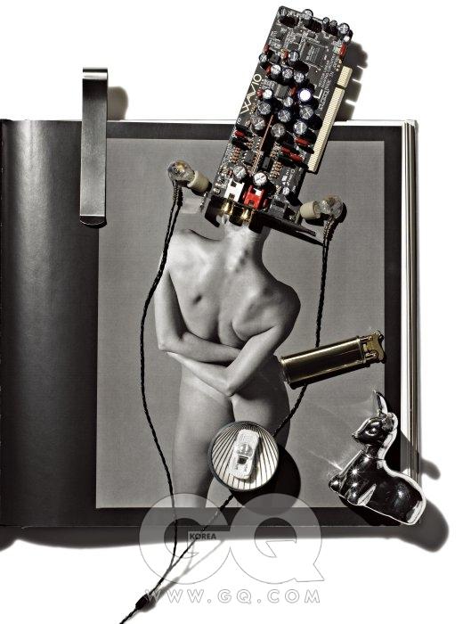 리차드 아베돈, 〈Die Kompletten Pirelli-Kalender 40 Jahre In Einem Band 1964-2004〉 中, New York, 1997 머리 위 2채널 사운드카드는SE-90PCI, 10만원대 초반, 온쿄. 인 이어 이어폰은 뉴UM2, 37만5천원, 웨스톤 랩스 by 이어폰샵. 금색 라이터는 에픽 Ⅴ, 5만원, 펭귄 라이터. 사슴 모양의 향수 실버 폰 스위트 어니스티 코롱은 OVAL 소장품. 자동차 한 대가 통째로 들어간 얌체공은 2천원, 마포구 서교동 뽑기 기계에서 에디터가 구입.