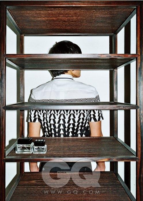 과감한 무늬가 있는 셔츠와 검정 바지는 모두 구찌, 잉크병 모양의 향수는 마크 제이콥스.