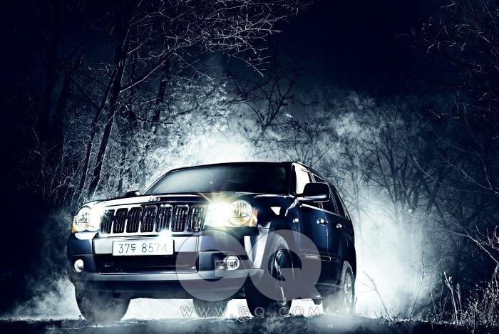 지프 그랜드 채로키CRD S 리미티드 영어로 'Jeep' 이라고 쓸 때, 투박하게 '찝차' 라고 부를 때, 혹은 일곱 개의 거대한 라디에이터 그릴을 볼 때…. 호랑이 가죽이라도 걸려 있을 것 같은 트렁크, 진흙 잔뜩 묻은 시트도 그냥 툭툭 털어낼 것 같은 야생. 그랜드 채로키는 지프의 플래그십 모델이다. 도심형과 전통을 영묘하게 섞었다. 3000cc 직렬 8기통 엔진, 1600rpm부터 최대 토크52kg·m를 낸다. 오프로드 모드에선 전자장비의 개입이 차단된다. 운전자의 역량 혹은 재미에 방점을 찍는다는 뜻이다. 도심형 SUV가 미인대회처럼 차고 넘치는 시대라도, 진짜를 가려내는 게 어려운 일은 아니다. 6천4백20만원.
