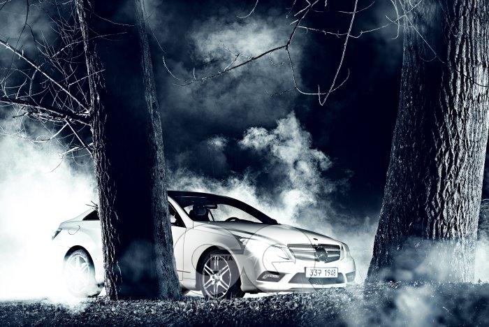 벤츠 E350 쿠페 뒷문을 없애고 지붕을 깎아서 쿠페입네하는 게 독감처럼 유행이다. 날렵하지만 달릴 줄은 모르는 쿠페들이 거리에 있다. 이 차는 밖에서 즐겁기보단 운전대를 잡았을 때 허리를 바짝 세우게 된다. 3.5리터 V6 가솔린 엔진, 자동 7단 변속기가 들어 있다. 최고출력은 272마력, 엔진 소리의 공간감은 넉넉하다. 핸들은 밀릴 틈도 없이 꺾여 들어간다. 쿠페를 살 땐 두 가지다. 세단의 뭔가를 포기하거나, 쿠페의 스타일을 소유하거나. E350 쿠페는 단호한 후자다. 엑셀러레이터와 브레이크와 핸들을 희롱하는 재미까지. 8천90만원.