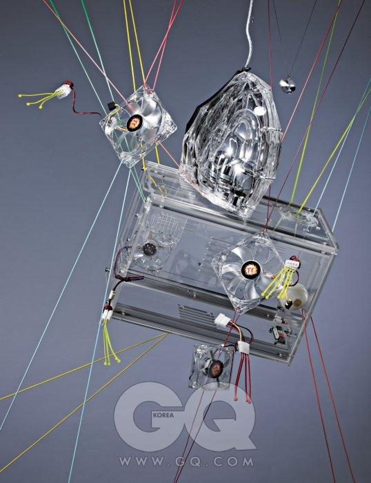 헬멧처럼 생긴 투명한 컴퓨터 스피커는 GLA-55, 90만원대, 하만 카든 by 두고테크. 아래의 투명한 컴퓨터 케이스는 출시 예정, 투렉스. 바깥에 있는 투명한 팬쿨러 중 위 2개는 모드 X 120mm(AF0003)로 3만원, 제일 아래는 모드 X 80mm(AF0002)로 2만9천원, 두 제품 모두 써멀테이크 by 피에스코. 케이스 안으로 들어간 팬쿨러는 CL8025-LD1, 5천원대, 에버쿨. 스피커 오른 쪽에 매달린 수정 목걸이는 에디터 소장품. 케이스 안쪽에 놓인 깐 양파는 2개에 2천4백원, 일품채.