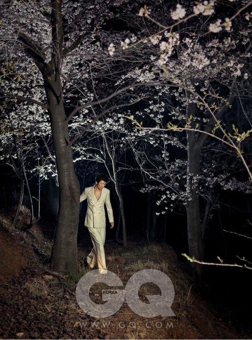 크림 베이지 더블 브레스티드 수트 가격 미정, 김서룡 옴므. 구두 가격 미정, 루이 비통.