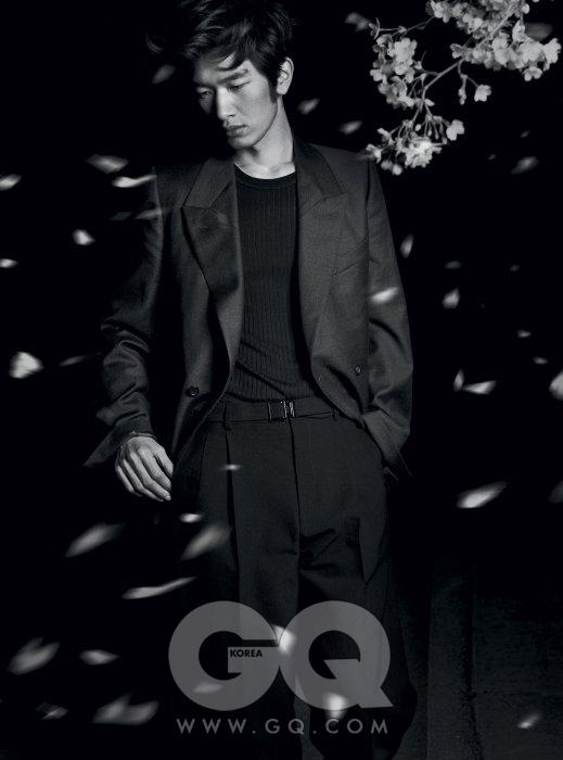 회색 재킷과 검정 팬츠 가격 미정, 모두 YSL. 얇은 남색 니트 가격 미정, 구찌.