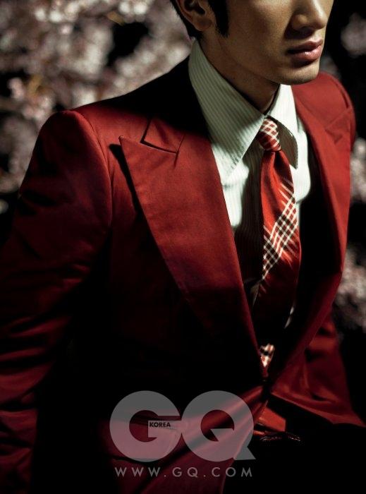 빨간색 재킷과 스트라이프 타이 가격 미정, 모두 보테가 베네타. 칼라가 뾰족한 셔츠 18만5천원, 김서룡 옴므.