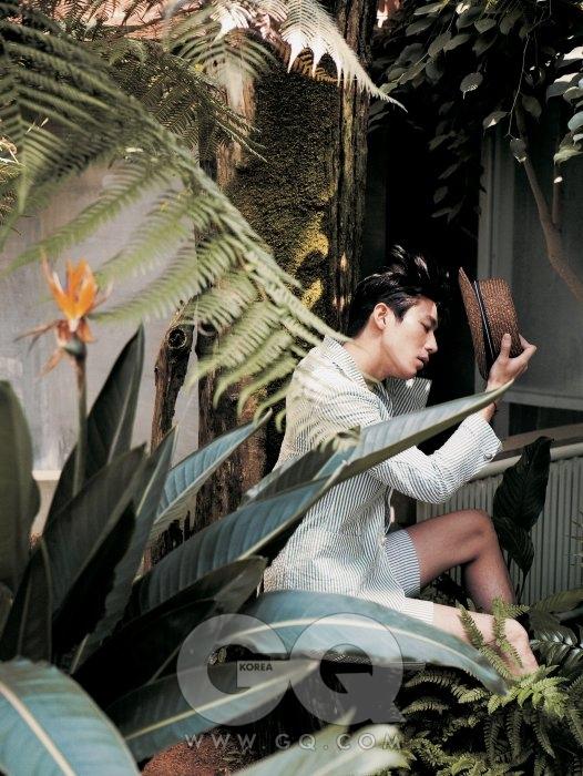 연녹색 시어서커 수트 1백50만원, 로리엣 by 샌프란시스코 마켓. 스트로 햇 6만8천원, 시리즈.