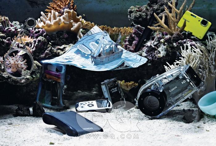 영국산 돋보기는 바슈롬 제품으로 샵OVAL의 소장품, 침몰하고 있는 종이배는 샘 이타가 만든 해저 2만 리 팝업북의 한 장으로 최저가 2만4천원대, 스털링 퍼블리싱. 가늘고 긴 사무용 집게는 5천5백원, OVAL. 방수 카메라 블루WP10은 최저가로 27만원대, 삼성. 옥색 아이스크림 잔은 샵OVAL의 소장품. 캠코더HF-M31과전용방수케이스WP-V1은 각각 최저가로 84만원대, 71만원대, 캐논. 방수 카메라 뮤 터프 8010은 최저가로 39만원대, 올림푸스. 방수 캠코더ZX3은 최저가로 23만원대, 코닥. 방수를 지원하는 심플 터프 모바일 드라이브 5백 기가바이트는 12만원대, 히타치. 여섯 가지 색상의 바형MP3플레이어 T8은 최저가로 6만원대, 아이리버. T8을 담은 목걸이형 방수 케이스 644는 2만9천5백원, 아쿠아팩.