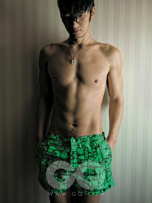 연두색 쇼츠 수영복 가격 미정, 에르메스. 목걸이 63만원, 루이 비통.