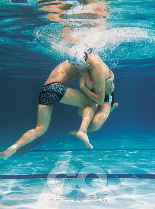 왼쪽) 패턴을 넣은 사각 수영복 가격 미정, 스피도 by 준지. 오른쪽) 줄무늬 사각 수영복 5만9천원, 아레나.