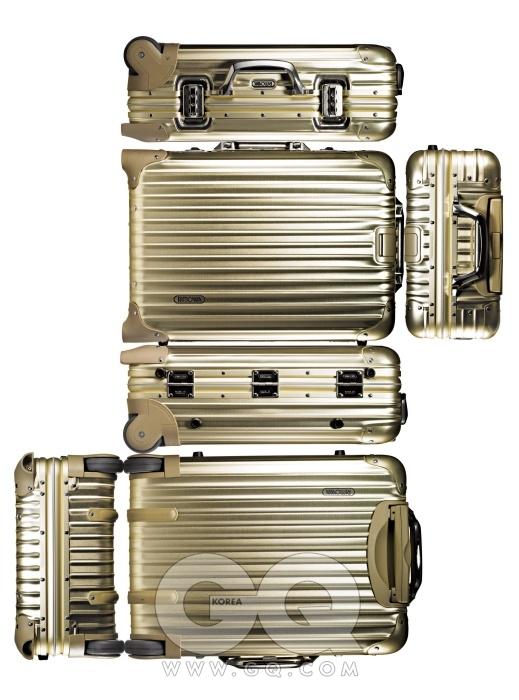 금색 알루미늄 케이스로 제작된 토파즈 라인의 골드 캐빈 트롤리 IATA 1백34만원, 리모와.