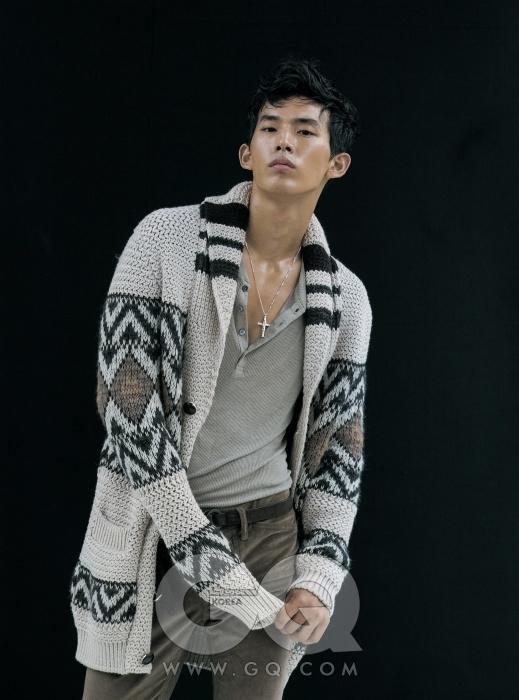 Chunky Knit 크고 풍성한 니트, 헨리넥 니트, 밤색 팬츠, 스웨이드 벨트, 십자가 목걸이 가격 미정, 모두 구찌.