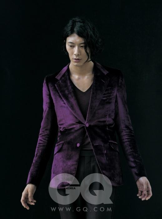 New Evening 자주색 이브닝 재킷과 팬츠, 브이넥 니트 기격 미정, 모두 구찌.