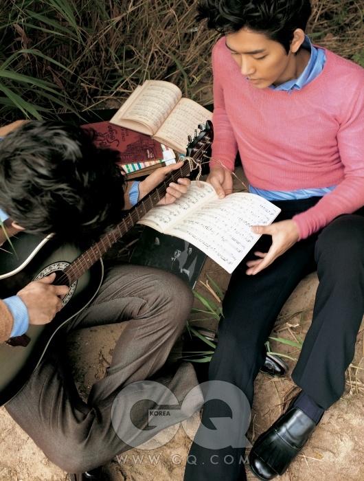 왼쪽) 하늘색 셔츠, 낙타색 캐시미어 스웨터, 팬츠, 구두 가격 미정, 모두 프라다.오른쪽) 하늘색 셔츠, 진달래색 캐시미어 스웨터, 팬츠, 구두 가격 미정, 모두 프라다.