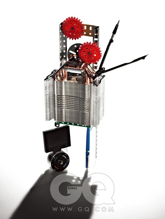 러시아제 컴퍼스H4-11-T-02는 에디터 소장품. 두 개의 팬 장착이 가능한CPU 쿨러 CNP10X 퍼포머의 방열핀으로 완제품은 3만5천원대, 잘만테크. 터치스크린이 포함된 통합형 리모컨 베오 5는 95만원, 뱅앤올룹슨. 여섯 가지 색상으로 나온 검은 심 볼펜디스크 시리즈의 오리엔탈블루는 6천원, 로뮤스 by 오발.