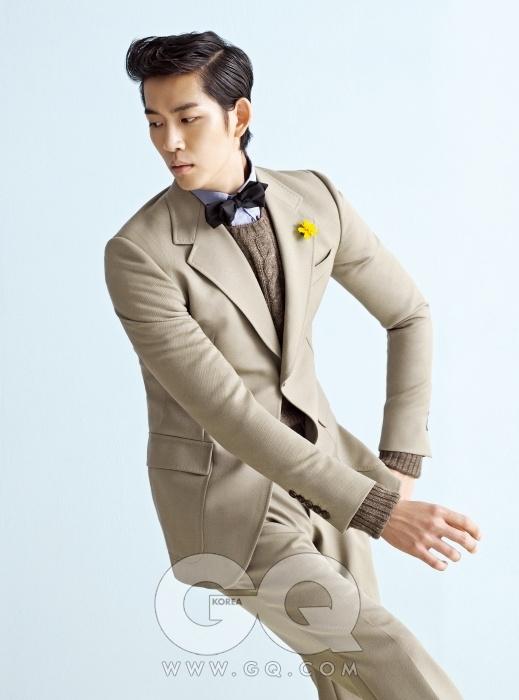 낙타색 수트 가격 미정, 구찌. 옥스퍼드 셔츠와 케이블 니트 가격 미정, 모두 프라다. 보타이는 에디터의 것.