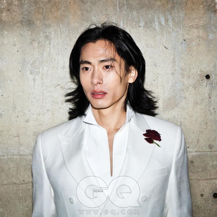 흰색 더블 재킷과 턱시도 셔츠 가격 미정, 모두 카루소.