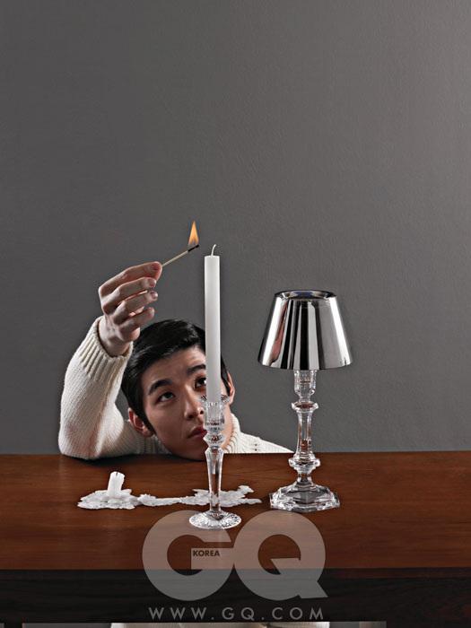 아멘왼쪽의 크리스털 촛대는 '밀뉴잇', 오른쪽 갓이 달린 크리스털 촛대는 필립 스탁이 디자인한 '아워 파이어' 각각 22만원, 1백25만원, 모두 바카라. 빈티지 오크 책상 1백만원대, 모벨 랩. 모델이 입은 흰색 터틀넥 니트는 앤디앤뎁 옴므.