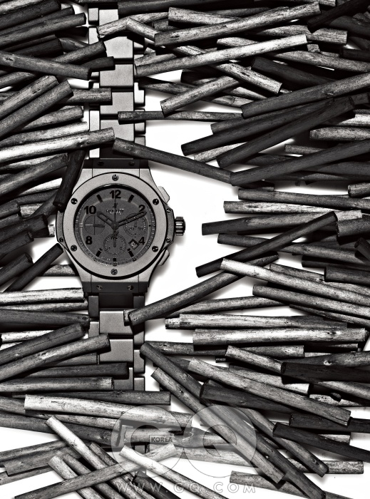 시계 전체를 검정 무광 세라믹으로 제작한 5백 개 한정품 올블랙 Ⅱ 2천2백87만원, 위블로.