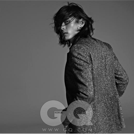 바위의 표면처럼 거친 질감의 테일러드 재킷 가격 미정, 캘빈 클라인 컬렉션.