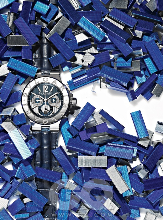 화이트 골드와 스틸로 제작한 디아고노 칼리브로 303 블루 에디션 1천4백만원대, 불가리.