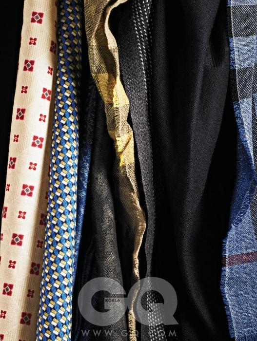 Scarf왼쪽부터) 꽃과 사각 무늬 스카프 각각 19만원대, 모두 제이 린드버그. 살짝 보인 짙은 파란색 스카프 43만9천원, 프랑코 페라리 by 샌프란시스코 마켓. 짙은 회색 스카프 가격 미정, YSL. 겨자색 스카프 40만원대, 버버리. 그레이 체크 스카프 25만5천원, 타임 옴므. 남색 캐시미어 스카프 가격 미정, 에르메스. 파란 무늬 스카프 40만원대, 버버리.