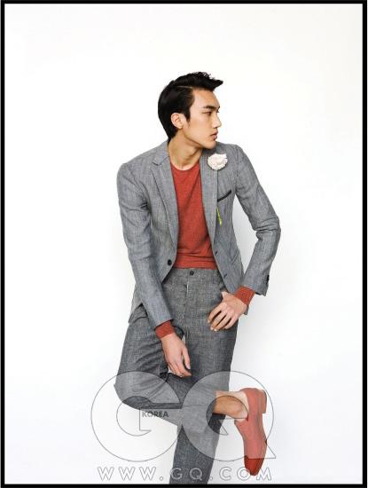 리넨 재킷과 팬츠, 주홍색 니트, 끈 없는 슈즈, 모두 Z 제냐.