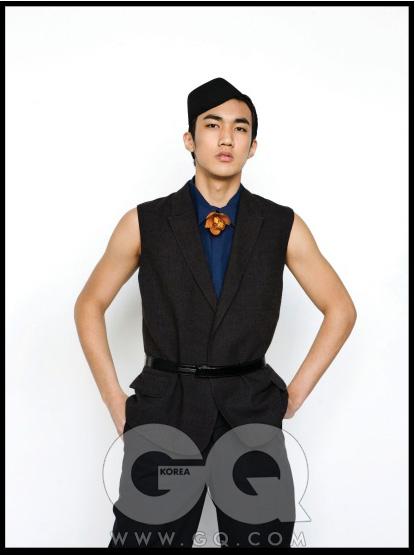 진회색 민소매 수트, 남색 민소매 셔츠, 페이턴트 벨트, 종 모자, 모두 YSL.*화보 속 모든 옷과 액세서리는 2011 봄 여름 컬렉션 제품으로, 아직 가격이 책정되지 않았습니다.