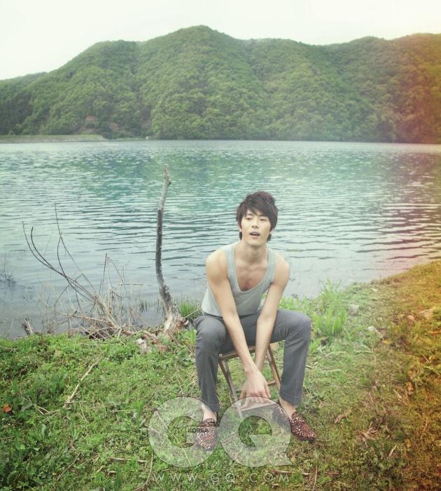 회색 러닝 톱 27만원, 버버리 프로섬. 회색 팬츠와 호피 무늬 페니 로퍼 가격 미정, 모두 김서룡 옴므.