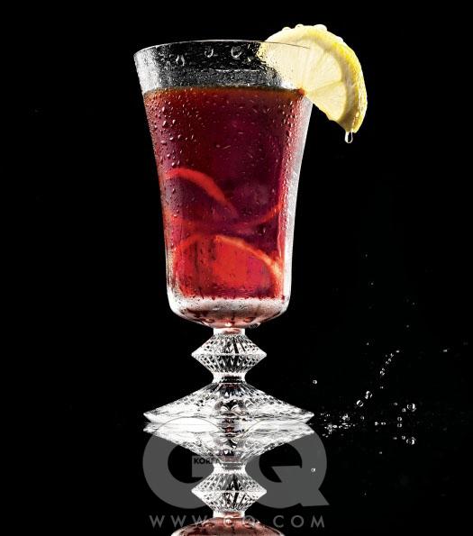 와인색 액체는 가렵고 민감한 두피를 위한 헤어 케어 제품, 아쿠아 디 끼나끼나 14만8천원(250ml), 산타마리아 노벨라. 밀 누이 글라스 13만2천원, 바카라.