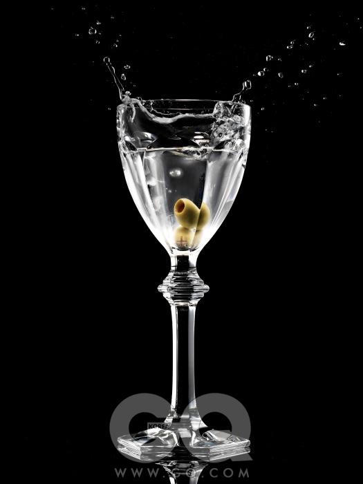 투명 액체는 화이트 우디향의 불가리 맨 애프터 셰이브 로션 7만5천원(100ml), 불가리. 아르쿠르 글라스 톨 사이즈 27만9천원, 바카라.
