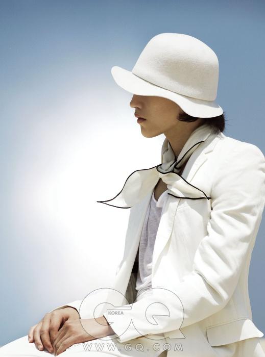 흰색 재킷 가격 미정, 루이 비통. 검정 테두리가 있는 흰색 실크 스카프 가격 미정, 에르메스. 흰색 보울러 가격 미정, 송지오 옴므.