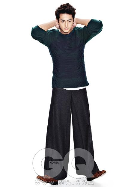 크레이프 니트, 우영미. 와이드 팬츠, 알라니. 흰색 톱과 레오퍼드 페니 로퍼, 김서룡 옴므.