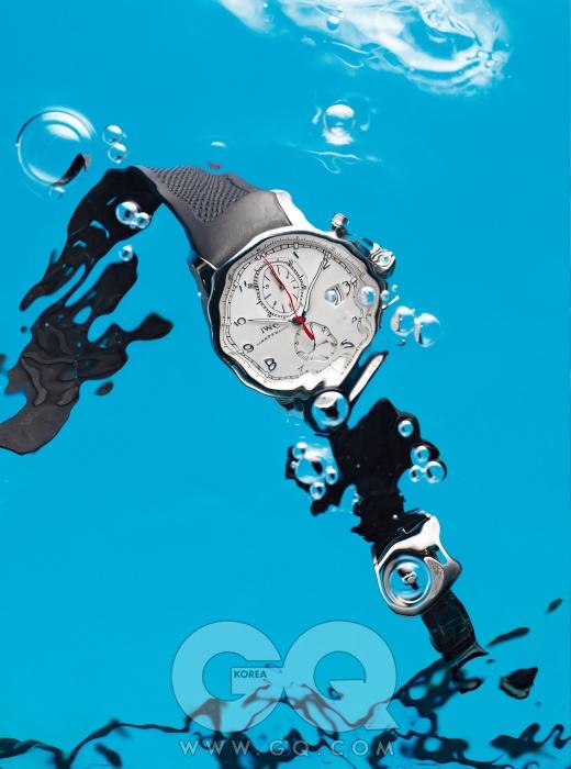 깔끔한 베젤과 고무 스트랩이 특징인 시계 '포르투기즈 요트 클럽 크로노그래프' 1천6백만원, IWC.